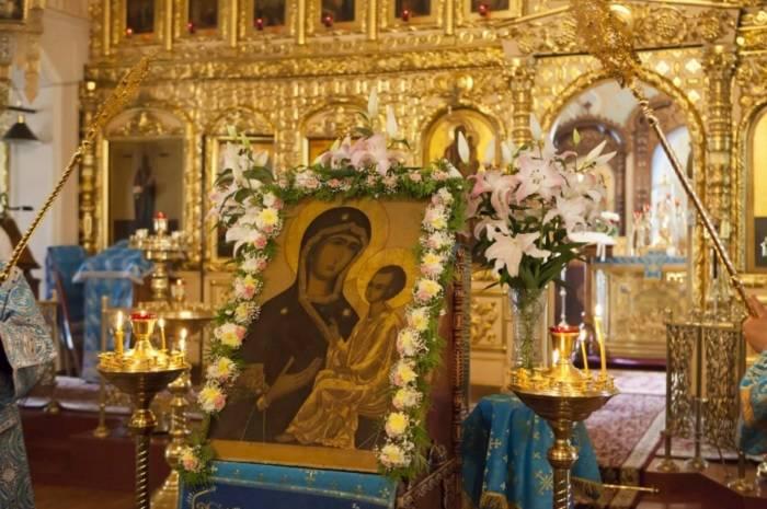 4-icon-in-the-church.jpg